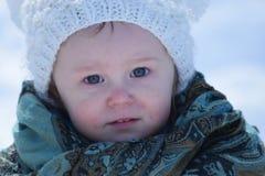 Κορίτσι μικρών παιδιών με τα φωτεινά μπλε μάτια Στοκ Φωτογραφία