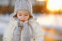 Κορίτσι μικρών παιδιών που έχει τη διασκέδαση τη χειμερινή ημέρα Στοκ Εικόνες