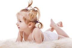 Κορίτσι μικρών παιδιών που βρίσκεται στο σπορείο στοκ εικόνα με δικαίωμα ελεύθερης χρήσης