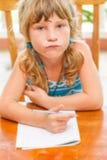 Κορίτσι μικρών παιδιών που γράφει στο σημειωματάριο, υπαίθρια πορτρέτο, educati στοκ φωτογραφία