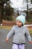 Κορίτσι μικρών παιδιών που κοιτάζει στο δικαίωμά της Στοκ Εικόνες