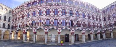 Κορίτσι μικρών παιδιών που παρατηρεί τα arcades Badajoz της υψηλής πλατείας Στοκ Εικόνα