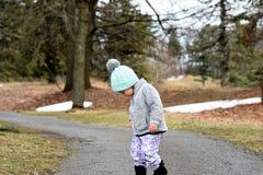 Κορίτσι μικρών παιδιών στη woodsy πορεία που κοιτάζει κάτω στοκ φωτογραφίες με δικαίωμα ελεύθερης χρήσης