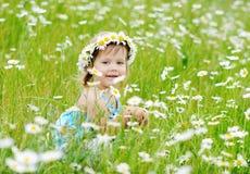 Κορίτσι μικρών παιδιών στο λιβάδι μαργαριτών Στοκ Φωτογραφίες