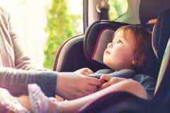 Κορίτσι μικρών παιδιών στο κάθισμα αυτοκινήτων της στοκ εικόνες με δικαίωμα ελεύθερης χρήσης
