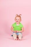 Κορίτσι μικρών παιδιών στο ροζ Στοκ εικόνες με δικαίωμα ελεύθερης χρήσης