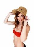 Κορίτσι μπικινιών με το καπέλο αχύρου. Στοκ Φωτογραφία