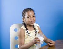 κορίτσι μπισκότων λίγο γάλα Στοκ Εικόνες