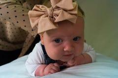 κορίτσι μπουκαλιών μωρών Στοκ Φωτογραφίες