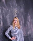 Κορίτσι μπροστά από τον πίνακα κιμωλίας τη λάμπα φωτός που σύρεται με επάνω από το κεφάλι της Στοκ φωτογραφία με δικαίωμα ελεύθερης χρήσης