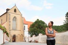 Κορίτσι μπροστά από το ναό μοναστηριών της υπόθεσης της Virgin Mary Στοκ Εικόνα
