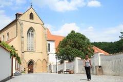 Κορίτσι μπροστά από το ναό μοναστηριών της υπόθεσης της Virgin Mary Στοκ φωτογραφία με δικαίωμα ελεύθερης χρήσης