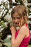 Κορίτσι μπροστά από το appletree Στοκ φωτογραφίες με δικαίωμα ελεύθερης χρήσης