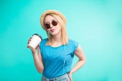 Κορίτσι μόδας με τον καφέ νέος καφές κατανάλωσης γυναικών διακινούμενων στοκ εικόνες