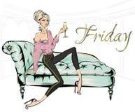 Κορίτσι μόδας με το γυαλί της συνεδρίασης σαμπάνιας στον καναπέ στο καθιστικό Το εγχώριο κόμμα Παρασκευής, γυναίκα μόδας πολυτέλε Στοκ εικόνα με δικαίωμα ελεύθερης χρήσης