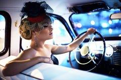 Κορίτσι μόδας στην αναδρομική τοποθέτηση ύφους στο παλαιό αυτοκίνητο Στοκ φωτογραφία με δικαίωμα ελεύθερης χρήσης