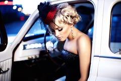 Κορίτσι μόδας στην αναδρομική τοποθέτηση ύφους στο παλαιό αυτοκίνητο Στοκ εικόνα με δικαίωμα ελεύθερης χρήσης