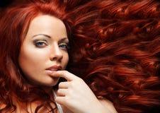 Κορίτσι μόδας. Όμορφο Makeup και υγιές τρίχωμα Στοκ φωτογραφία με δικαίωμα ελεύθερης χρήσης