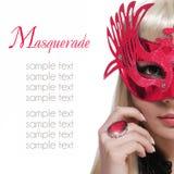 Κορίτσι μόδας με τη μάσκα καρναβαλιού και κόκκινο δαχτυλίδι πέρα από το άσπρο υπόβαθρο. Αποκριές Στοκ εικόνες με δικαίωμα ελεύθερης χρήσης