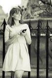 Κορίτσι μόδας με το έξυπνο τηλέφωνο υπαίθρια Στοκ Εικόνα