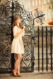 Κορίτσι μόδας με το έξυπνο τηλέφωνο υπαίθρια Στοκ φωτογραφία με δικαίωμα ελεύθερης χρήσης