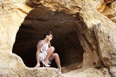 Το κορίτσι στη σπηλιά Στοκ εικόνα με δικαίωμα ελεύθερης χρήσης