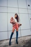 Κορίτσι μόδας στα ενδύματα από 90 ` s Στοκ Φωτογραφία