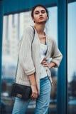 Κορίτσι μόδας στα ενδύματα από 90 ` s στοκ εικόνα