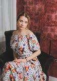 Κορίτσι μόδας στην καρέκλα Επιείκεια και κομψότητα γυναικών Στοκ Εικόνες