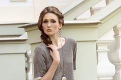 Κορίτσι μόδας στην υπαίθρια θέση στοκ φωτογραφία