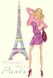 Κορίτσι μόδας στο Παρίσι κοντά στον πύργο του Άιφελ Στοκ Φωτογραφίες