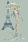 Κορίτσι μόδας του Παρισιού κοντά στον πύργο του Άιφελ Στοκ Φωτογραφία