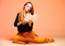 Κορίτσι μόδας φθινοπώρου με το πορτοκάλι βιβλίων eyelashes Στοκ φωτογραφία με δικαίωμα ελεύθερης χρήσης