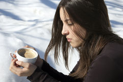 Κορίτσι/νέα γυναίκα που σκέφτεται πέρα από ένα φλιτζάνι του καφέ Στοκ φωτογραφίες με δικαίωμα ελεύθερης χρήσης