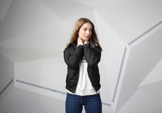 Κορίτσι νέων κοριτσιών που φορά το σακάκι με την περιοχή για το λογότυπό σας, πρότυπο των λευκών γυναικών hoodie στοκ φωτογραφία με δικαίωμα ελεύθερης χρήσης