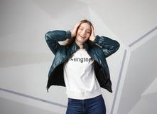 Κορίτσι νέων κοριτσιών που φορά το σακάκι με την περιοχή για το λογότυπό σας, πρότυπο των λευκών γυναικών hoodie στοκ φωτογραφία