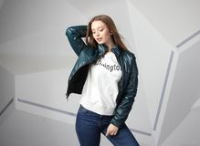 Κορίτσι νέων κοριτσιών που φορά το σακάκι με την περιοχή για το λογότυπό σας, πρότυπο των λευκών γυναικών hoodie στοκ εικόνα με δικαίωμα ελεύθερης χρήσης