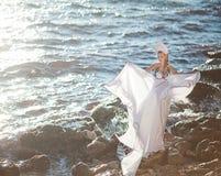 Κορίτσι νεράιδων του Κύκνου στην παραλία Αφηρημένες ανασκοπήσεις φαντασίας με το μαγικό βιβλίο Στοκ φωτογραφίες με δικαίωμα ελεύθερης χρήσης