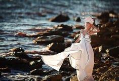 Κορίτσι νεράιδων του Κύκνου στην παραλία Αφηρημένες ανασκοπήσεις φαντασίας με το μαγικό βιβλίο Στοκ εικόνες με δικαίωμα ελεύθερης χρήσης