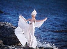 Κορίτσι νεράιδων του Κύκνου στην παραλία Αφηρημένες ανασκοπήσεις φαντασίας με το μαγικό βιβλίο Στοκ φωτογραφία με δικαίωμα ελεύθερης χρήσης