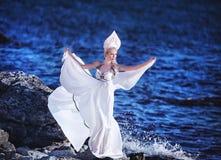 Κορίτσι νεράιδων του Κύκνου στην παραλία Αφηρημένες ανασκοπήσεις φαντασίας με το μαγικό βιβλίο Στοκ Φωτογραφία