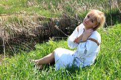 Κορίτσι ξανθό την άνοιξη της ουκρανικής κεντητικής Στοκ εικόνες με δικαίωμα ελεύθερης χρήσης