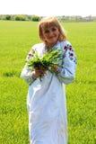 Κορίτσι ξανθό την άνοιξη της ουκρανικής κεντητικής Στοκ Εικόνες