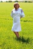Κορίτσι ξανθό την άνοιξη της ουκρανικής κεντητικής Στοκ Εικόνα