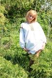 Κορίτσι ξανθό την άνοιξη της ουκρανικής κεντητικής Στοκ εικόνα με δικαίωμα ελεύθερης χρήσης