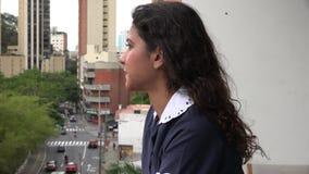 Κορίτσι ξενοδοχείων που καπνίζει στο σπάσιμο απόθεμα βίντεο
