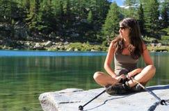 Κορίτσι οδοιπόρων και πράσινη λίμνη Στοκ εικόνες με δικαίωμα ελεύθερης χρήσης