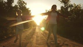 Κορίτσι οδοιπόρων ταξιδιώτες παιδιών τα κορίτσια εφήβων ταξιδεύουν και κρατούν τα χέρια ευτυχείς ταξιδιώτες κοριτσιών με τα σακίδ απόθεμα βίντεο