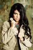 Κορίτσι ομορφιάς γοητείας μόδας με το μοντέρνο hairstyle και makeup Στοκ Φωτογραφίες