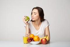 Κορίτσι ομορφιάς γυναικών με τα φρούτα Στοκ Φωτογραφίες